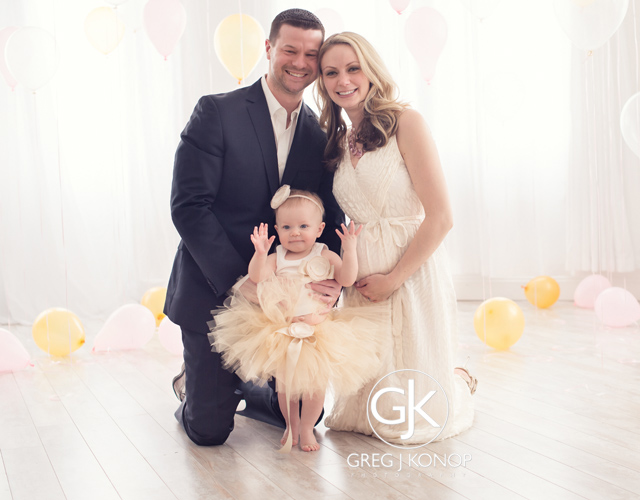 first birthday portraiture with family and parents with balloons taken in studio with greg j konop photography_02