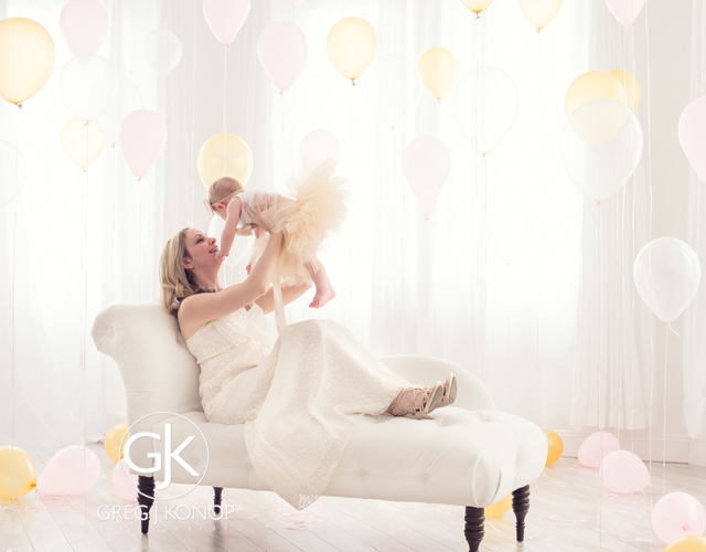 first birthday portraiture with family and parents with balloons taken in studio with greg j konop photography_04