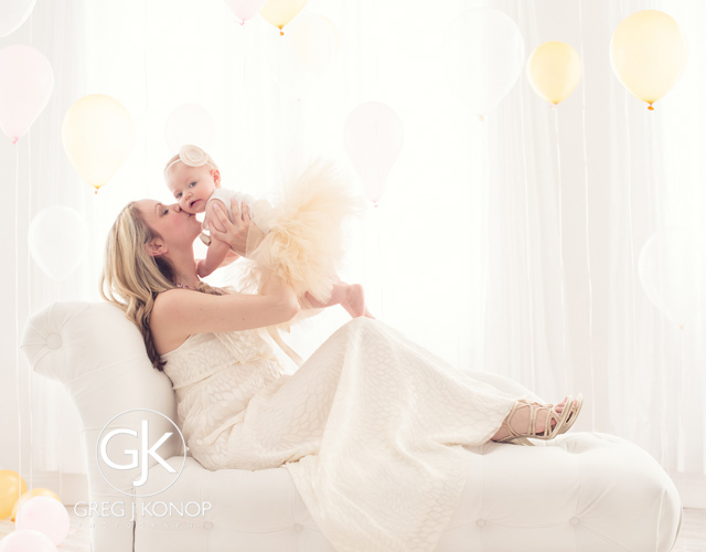 first birthday portraiture with family and parents with balloons taken in studio with greg j konop photography_05